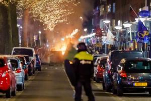 Un groupe de jeunes affronte la police à Rotterdam, le 25 janvier 2021.