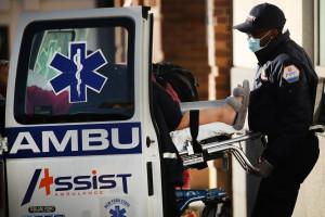 Un soignant prend en charge un malade du coronavirus à Brooklyn, le 15 décembre 2020 à New York.