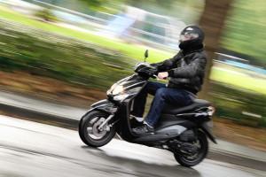 Une personne sur un scooter (illustration)