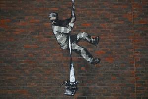 Un graffiti de Banksy sur le mur de la prison de Reading à Reading, à l'ouest de Londres, photographié le 2 mars 2021.