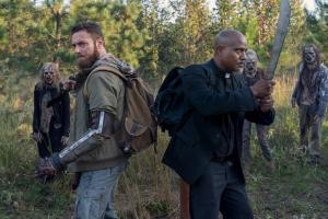 Aaron et Gabriel encerclés par des zombies dans l'épisode 19