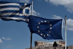 Les drapeaux de la Grèce et de l'Union européenne.