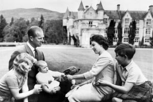 La reine Elizabeth II, le prince Philipp, la princesse Anne, le prince Charles et le prince Andrew, en 1960.