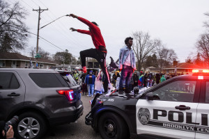 Un rassemblement devant le poste de police de Brooklyn center (Minnesota), le 11 avril 2021, après la mort d'un jeune afro-américain, sous les tirs d'un policier