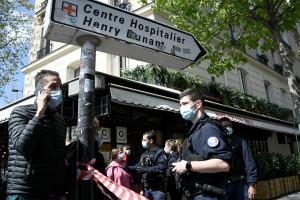 Des policiers près de l'hôpital Henry Dunant à Paris, le 12 avril 2021