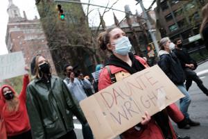 Des gens défilent dans les rues de Manhattan pour protester contre le meurtre récent d'un Afro-Américain par la police dans le Minnesota le 12 avril 2021, à New York.