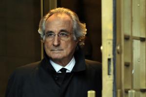 Bernard Madoff quittant la Cour fédérale américaine après une audience concernant sa mise en liberté sous caution le 14 janvier 2009 à New York.