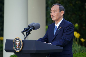 Le Premier ministre japonais Yoshihide Suga lors d'une conférence de presse à la Maison-Blanche le 16 avril 2021.