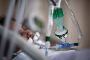 Un patient infecté par le Covid-19 à l'unité de soins intensifs de l'hôpital Saint-Camille, à Bry-Sur-Marne, le 15 avril 2021.