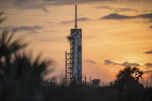 Le lanceur Falcon 9 de SpaceX sur le pas de tir de la base de Cap Canaveral en Floride