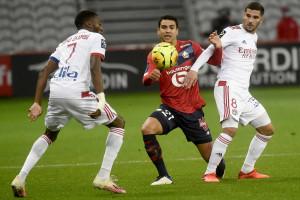 Le Lillois Benjamin André entre les Lyonnais Karl Toko-Ekambi et Houssem Aouar le 1er novembre 2020