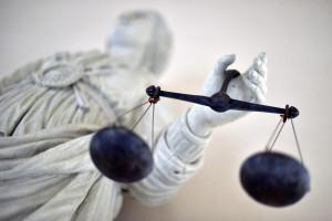 Image d'une statue de la déesse de la justice équilibrant les balances. (Illustration)