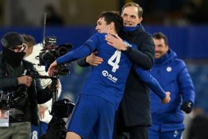 L'entraîneur de Chelsea Thomas Tuchel (2R) félicite le défenseur Andreas Christensen après la demi-finale entre Chelsea et le Real Madrid à Londres le 5 mai 2021.