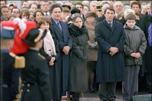 Danielle Mitterrand, Jean-Christophe Mitterrand, Mazarine Pingeot, Gilbert Mitterrand et son fils se recueillent devant le cercueil du président François Mitterrand, le 11 janvier à Jarnac, lors de ses obsèques.