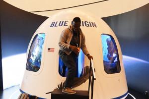 Sur cette photo prise le 05 juin 2019, les participants quittent le simulateur spatial Blue Origin lors de la conférence à Las Vegas, Nevada. La société spatiale Blue Origin enverra des humains dans l'espace pour la première fois en juillet.