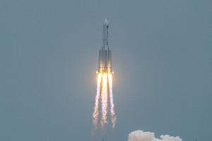 Le lanceur lourd chinois Longue Marche 5B revient s'écraser sur Terre après avoir mis en orbite le premier étage de la station spatiale chinoise