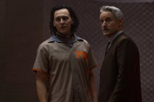 "Tom Hiddleston et Owen Wilson dans ""Loki"""