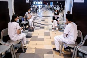 Des étudiants en médecine au parc des expositions de Toulouse utilisé comme centre de vaccination Covid-19, le 5 mai 2021.