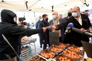Le ministre de la Justice Eric Dupond-Moretti distribue des tracts lors d'une visite d'un marché local lors du lancement de la campagne pour les élections régionales, à Lens, dans le nord de la France, le 8 mai 2021.