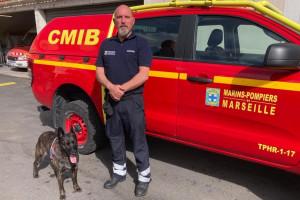 Un marin-pompier de Marseille accompagné d'un chien capable de sentir les personnes atteintes par le coronavirus