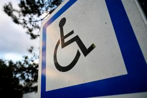 Un panneau indiquant une place de parking pour les véhicules de personnes à mobilité réduite. (Illustration)