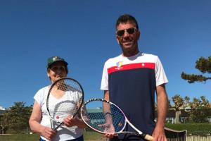 Monique GIFFARD, n•1 mondiale de tennis des plus de 90 ans et son coach, Jean-Marc MONCOEFFE. Au Garden Tennis, club de Royan (17)