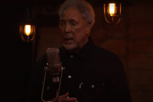 "Tom Jones dans le clip d'""I'm Growing Old"""