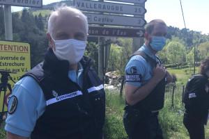 Le général de gendarmerie Jean-Valéry Lettermann (à gauche), qui pilote la recherche du fugitif dans les Cévennes.