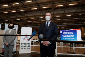 Le Premier ministre Jean Castex, au centre de vaccination de la Porte de Versailles, à Paris, le 15 mai 2021