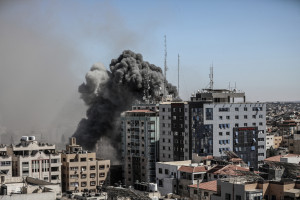 L'immeuble abritant les médias Al-Jazeera et Associated Press a été bombardé par l'armée israélienne, samedi 15 mai à Gaza.