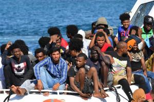 Des migrants libyens et tunisiens près des côtes italiennes