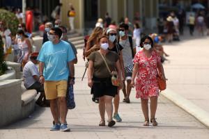 Des gens portant le masque à Biarritz (Pyrénées Atlantiques).