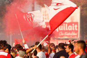 Les supporters de Biarritz ont envahit le terrain pour célébrer la victoire de Biarritz face à l'Aviron Bayonnais, le 12 juin 2021.