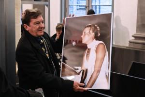 Jacky Kulik, tient un portrait de sa fille Élodie, violée et tuée en 2002, le 21 novembre 2019.