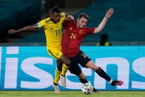 L'attaquant suédois Alexander Isak (G) se dispute le ballon avec le défenseur espagnol Aymeric Laporte lors du match de football du groupe E de l'Euro 2021, entre l'Espagne et la Suède au stade La Cartuja de Séville, le 14 juin 2021.