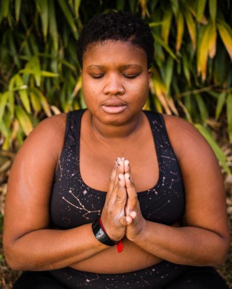Sa mission ? Déconstruire les stéréotypes dans le yoga et lutter contre les discriminations dans ce milieu