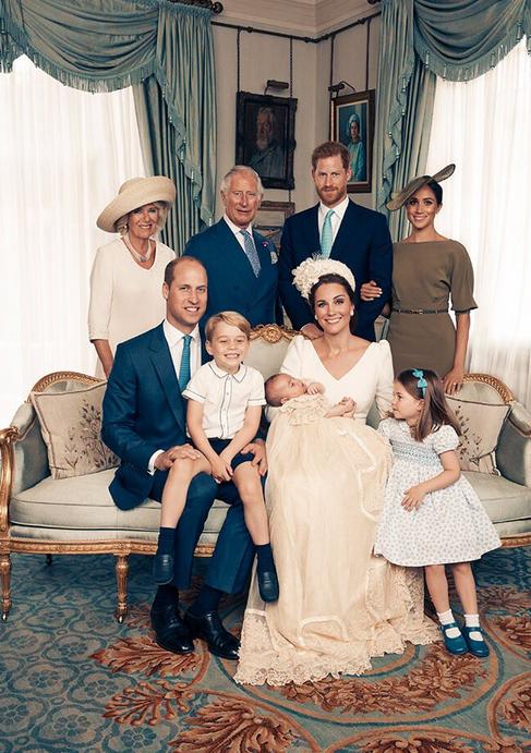 Le prince George avec sa famille, lors des photos officielles du baptême de son frère, le prince Louis.