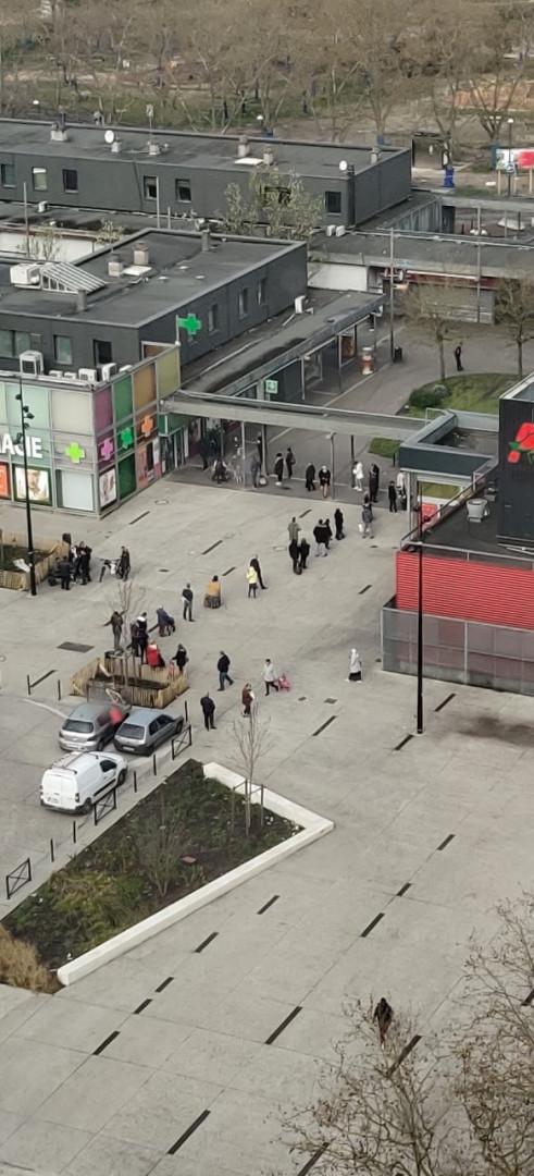 À Bordeaux, Place de l'Europe, les gens laissent une distance de sécurité d'un mètre dans la file d'attente
