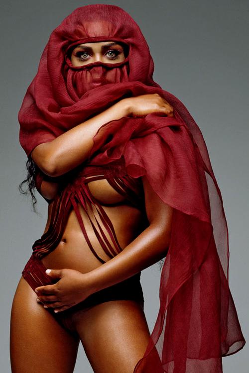 La rappeuse Lil Kim en une d'un magazine presque nue et voilée