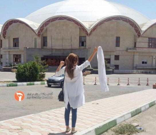 """Pour militer pour la liberté de choisir de porter ou non le voile, une Iranienne a lancé la campagne des """"white wednesdays"""""""