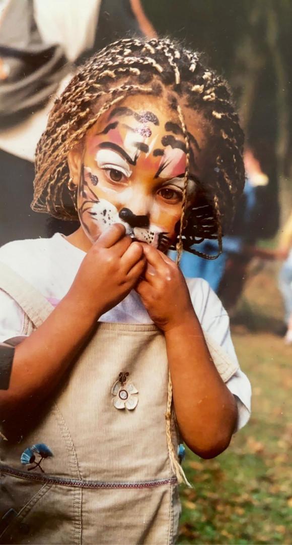 Koumba Larroque maquillée en lionceau