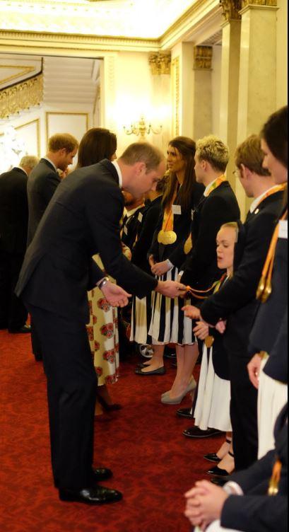 Le prince William devant la médaille en or de la nageuse Ellie Simmonds