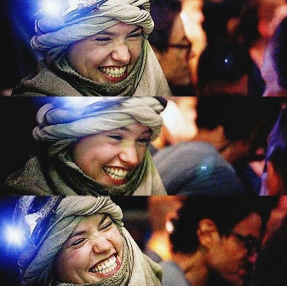 La jeune femme a un sourire très communicatif