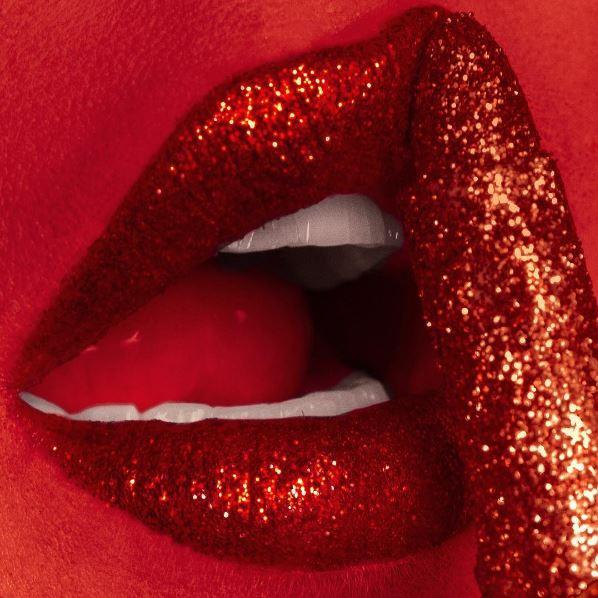 Nastia joue sur la sensualité des bouches féminines dans ses clichés