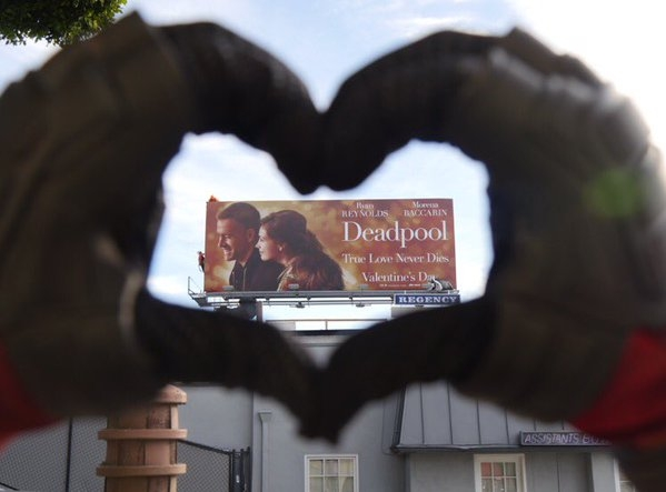 Un cœur avec les doigts pour Deadpool