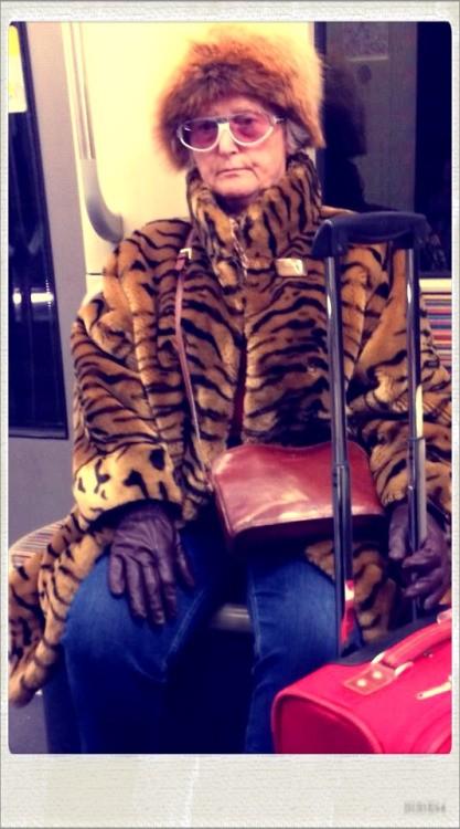 """""""Métro Boulot Photo"""" montre les tenues les plus originales de passagers"""