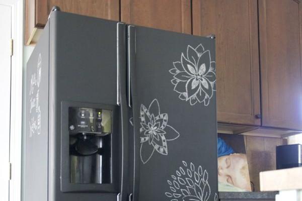 Réfrigérateur recouvert de peinture ardoise