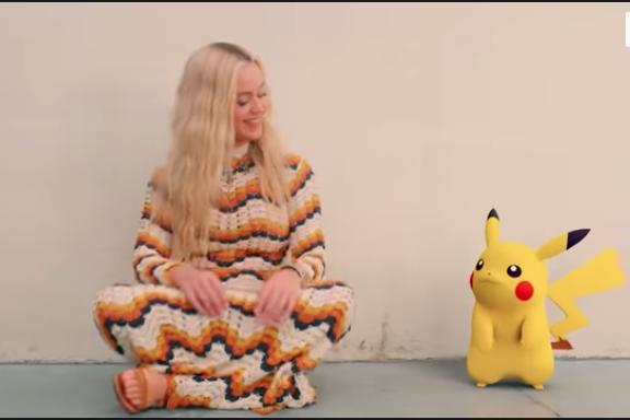 """Katy Perry chante """"Electric"""" aux côtés de Pikachu."""
