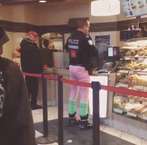 Pantalon rose et chaussettes vertes, une combinaison osée