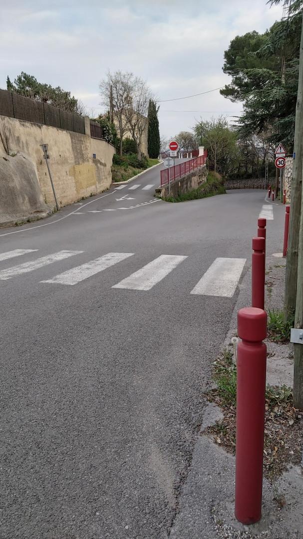 Une rue habituellement très fréquentée à Pertuis dans le Vaucluse, heure de pointe (18h) mardi 17 mars 2020